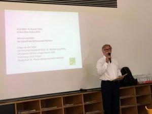 Ulrich Krüger leitet des 9. Runden Tisch ein