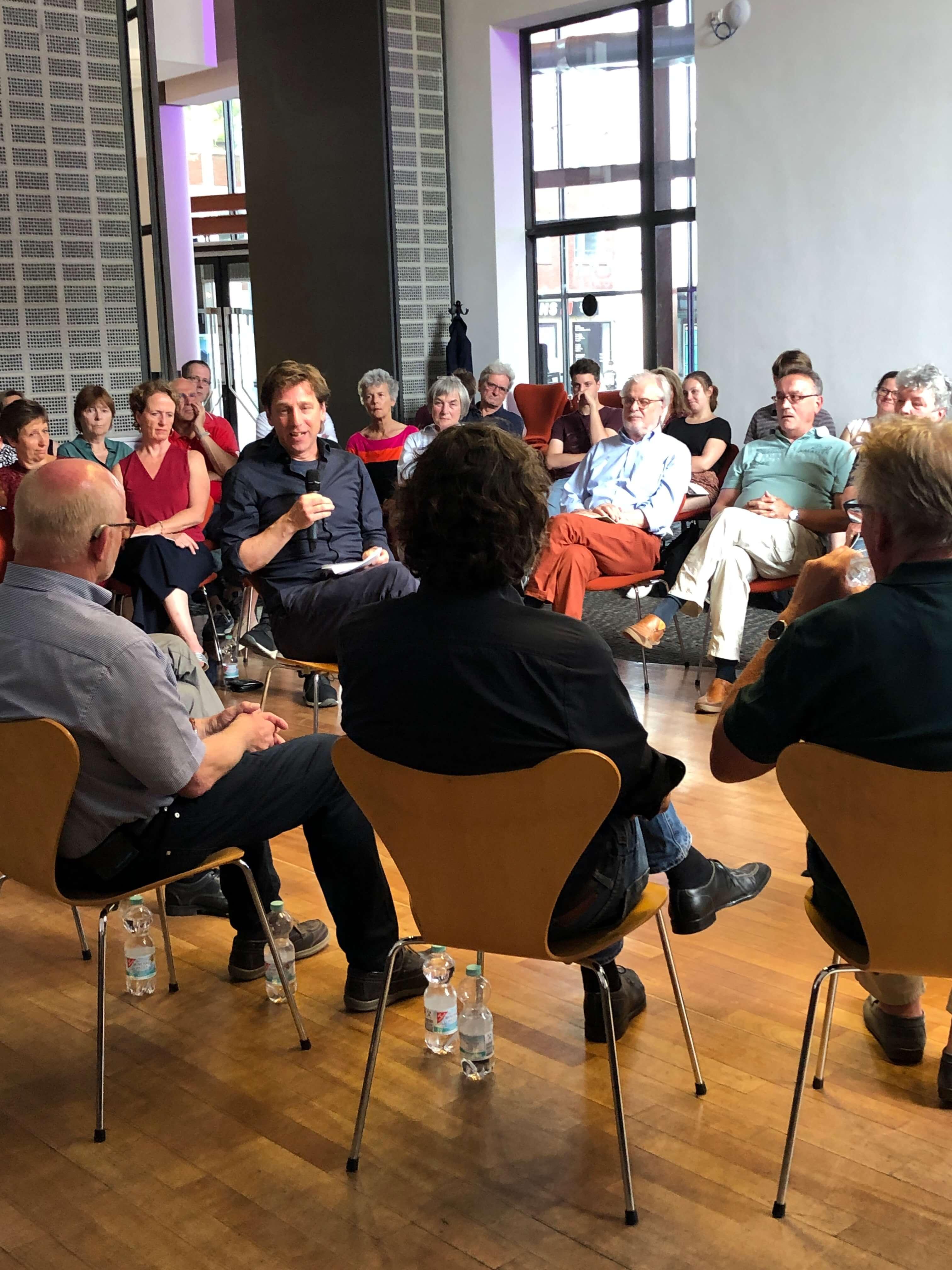 Stefan Retfeld leitet die Diskussion