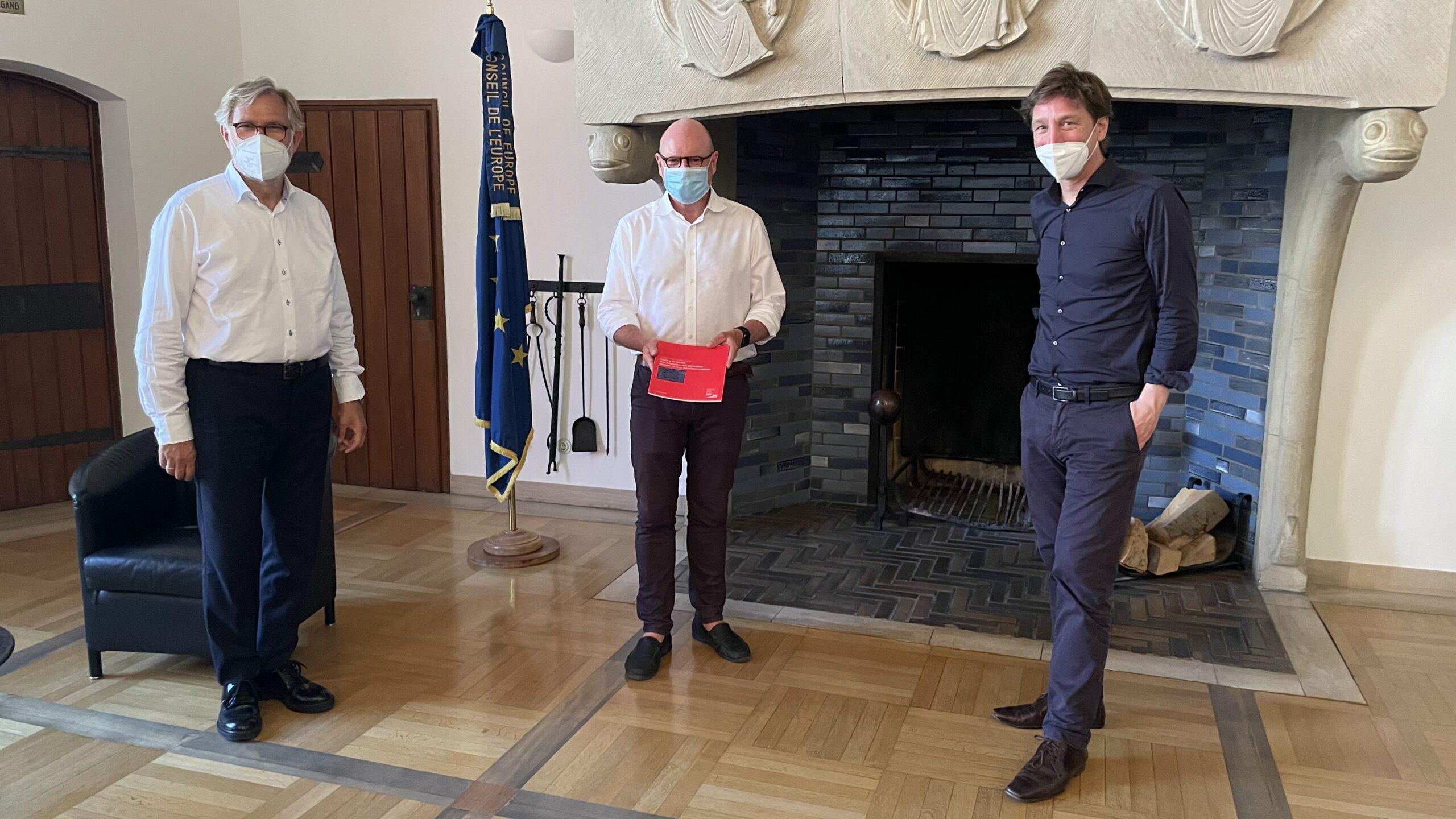 """Vertreter der Initiative """"Schloss Platz Kultur 2020"""" (Ulrich Krüger, Stefan Rethfeld) überreichen Abschlussbericht an Oberbürgermeister Markus Lewe"""
